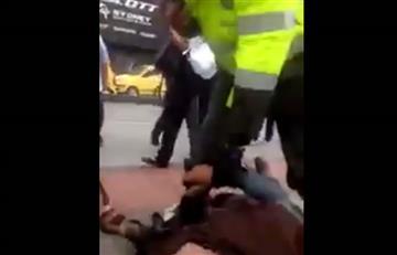 Indignante: Un policía agrede a un habitante de la calle
