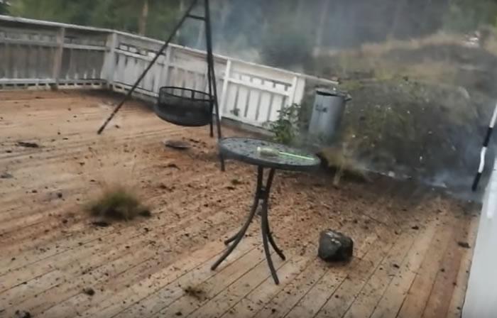 Video: Hombre graba fuerte tormenta eléctrica y casi es impactado por un trueno