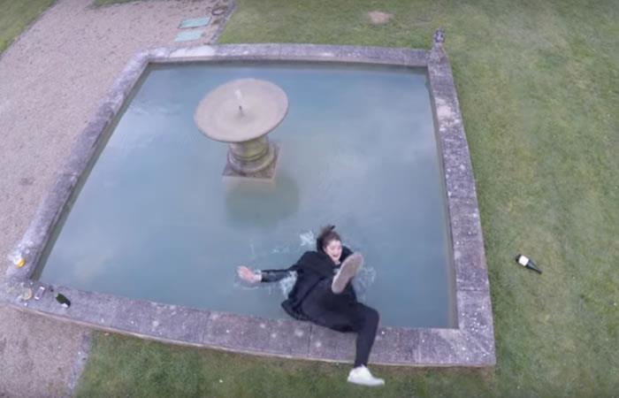 Video: Mujer cae al agua por capturar su atención en un dron