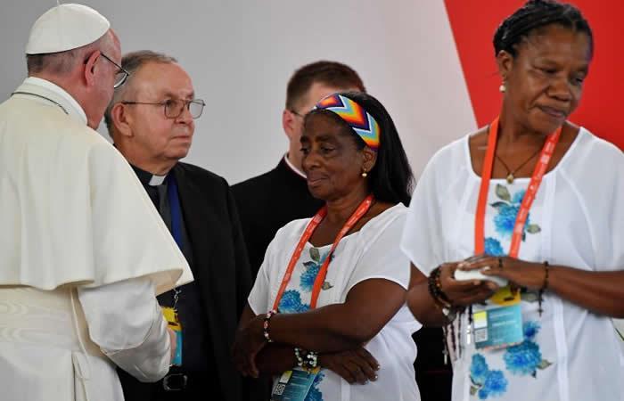 Papa pide 'verdad' y 'justicia' para millones de víctimas en Colombia