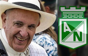 El Papa Francisco recibe una camiseta del Atlético Nacional como regalo