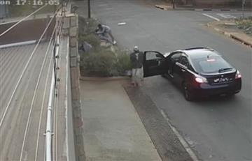 Video: Mujer arriesga su vida por no dejarse robar