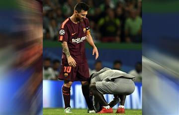 Messi: Un fan entra al campo solo para besarle la bota izquierda