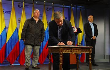 Juan Manuel Santos firma decreto de cese del fuego con el Eln