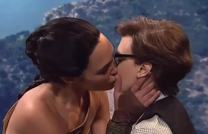 Polémica tras un beso de la actriz Gal Gadot y otra mujer. Foto: Youtube