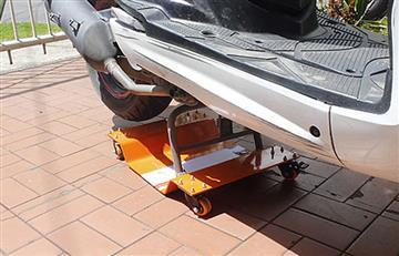 Plataforma portátil permite parquear motos en áreas reducidas