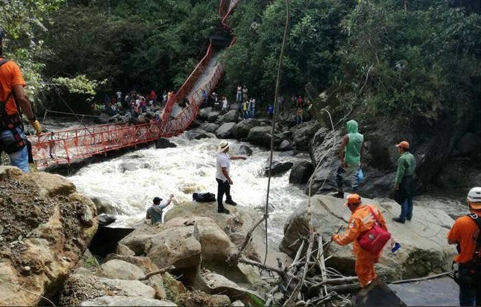 Colapso de un puente en Inzá, Cauca, deja tres heridos y dos desaparecidos