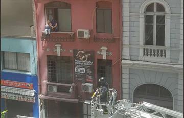 Bomberos en Chile rescatan a una pareja de un motel tras incendio