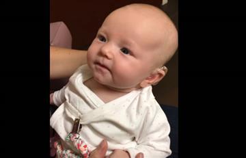 La emotiva reacción de una bebé al escuchar por primera vez a su mamá