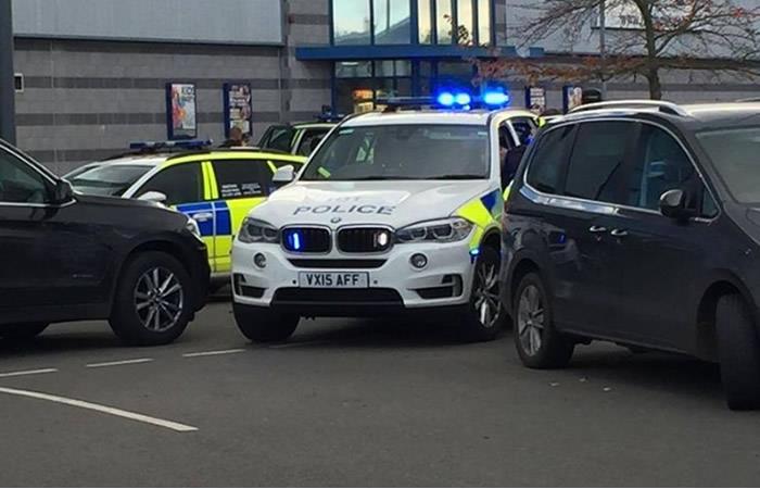 Detenido el hombre que retuvo a 2 personas en centro comercial de Inglaterra