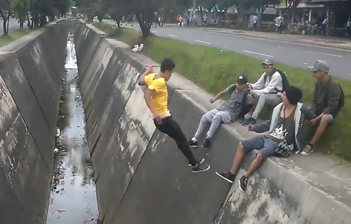 Joven intentó hacer una acrobacia en caño de Bogotá que terminó en accidente