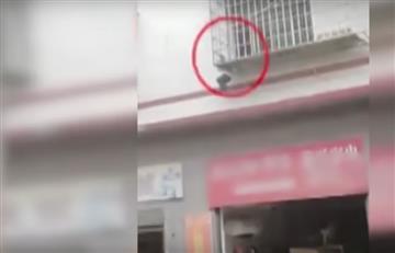Video: Rescate heroico de un niño colgado de la cabeza en un balcón