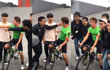 Rigoberto Urán formando a cinco chinos para tomarse una foto