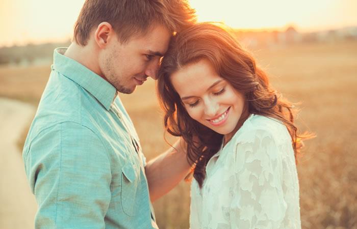Tres cosas claves que un hombre enamorado hace