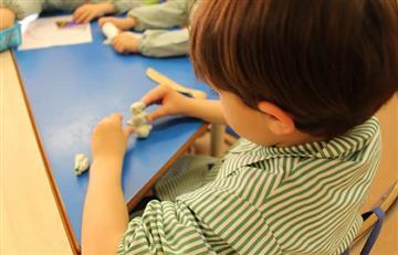 Alcalde propone que los niños no madruguen y no lleven tareas a la casa
