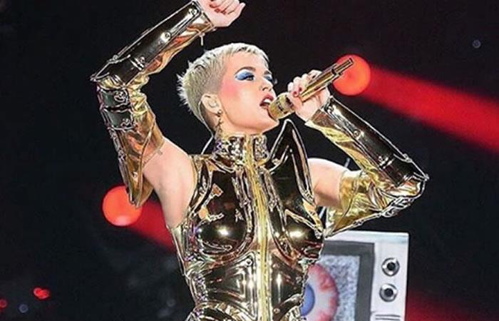 Katy Perry le pega tremendo balonazo a una fan en concierto
