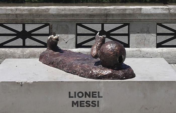 Lionel Messi: Le cortaron las piernas a la estatua del argentino