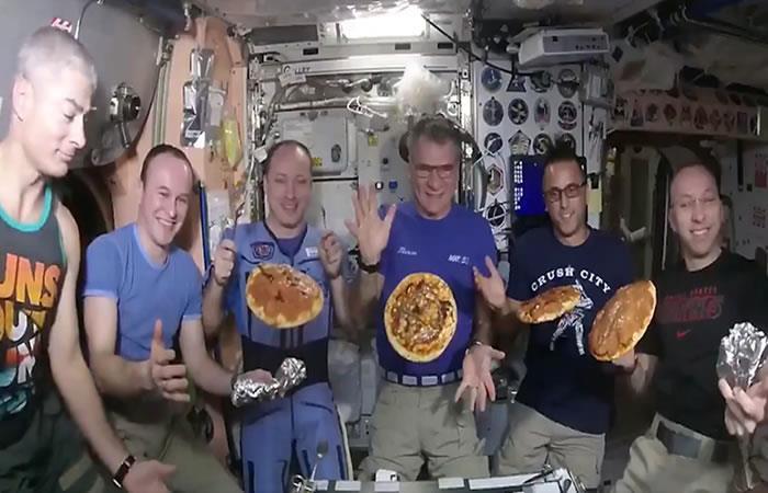 Video: Así preparan pizza los astronautas en el espacio