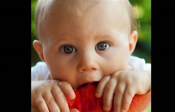 Cuidado con darle a los bebés frutas para chupetear