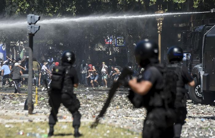 Policía dispersa a los manifestantes que protestan contra las reformas de pensiones en Argentina. Foto. AFP