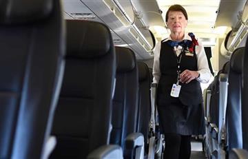 Historia de una azafata de 81 años que causa admiración