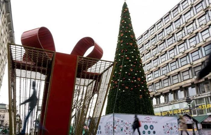 Un árbol de Navidad de 83.000 euros genera indignación en el mundo
