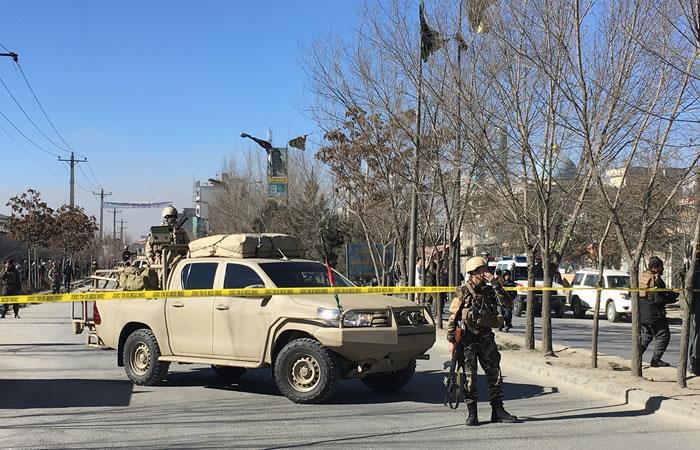 Las fuerzas de seguridad afganas hacen guardia cerca del sitio de múltiples explosiones en Kabul. Foto: AFP
