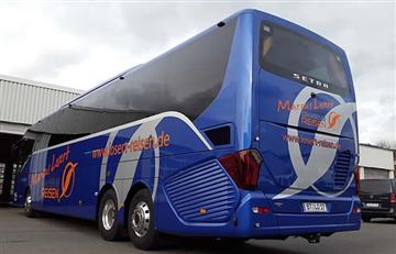 Hombre viajó escondido bajo un autobús