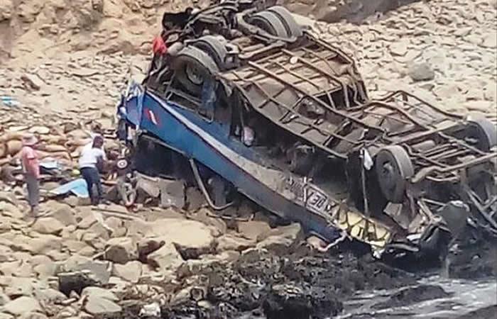 Perú: Autobús cayó a un abismo y dejó al menos 25 muertos