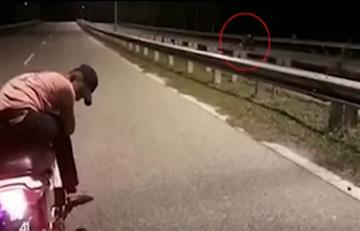 "Video: Registran aterradora ""moto fantasma"" en plena carretera de Malasia"