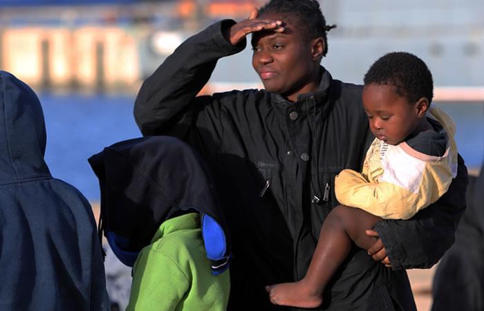 Rescatan a 300 inmigrantes que se encontraban en dos embarcaciones