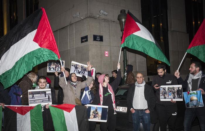 Los palestinos realizan la protesta frente a la Embajada de los Estados Unidos en Bruselas, Bélgica. Foto. AFP