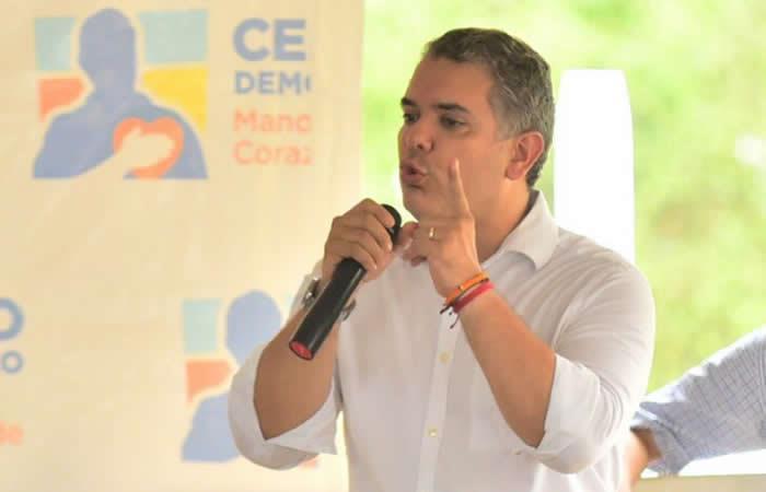 """Iván Duque promete impulsar investigación contra el """"sátrapa"""" de Maduro"""