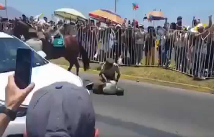Video: Papa socorrió a policía que cayó de un caballo