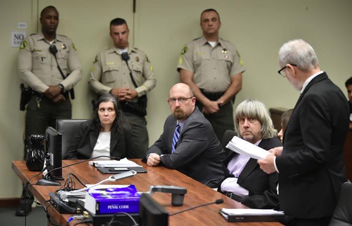 Por tortura, abuso y actos lascivos: imputan a padres de 13 hijos confinados