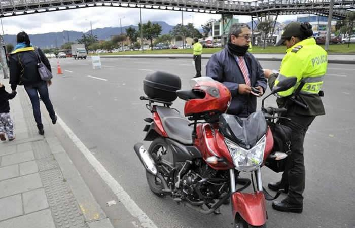 La multa que pagarán los motociclistas que lleven parrillero hombre