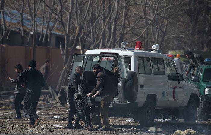 Kabul: Al menos 95 muertos en un atentado con ambulancia bomba