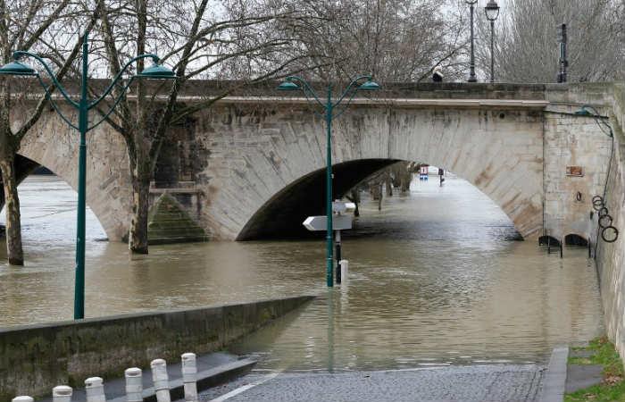 Río Sena en París se desbordó y mantiene en emergencia a la ciudad