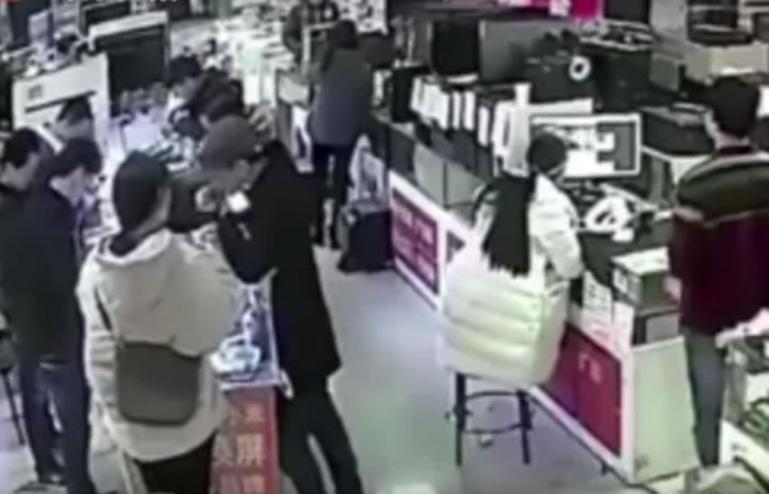 Video: Un hombre muerde la batería de un iPhone y esto fue lo que pasó