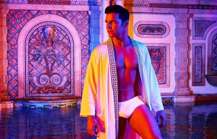 Versace: Ricky Martin desnudo protagoniza la primera erótica escena gay