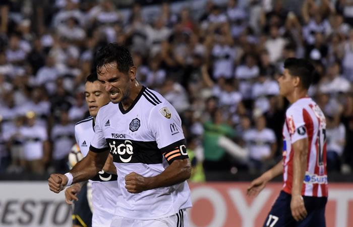 Roque Santa Cruz, jugador paraguayo de Olimpia, celebra después de anotar contra Junior de Colombia. Foto: AFP