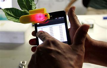 Este accesorio para celular mide clorofila en plantas