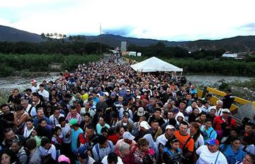 Miles de venezolanos a la espera de una autorización de Santos para ingresar a Colombia