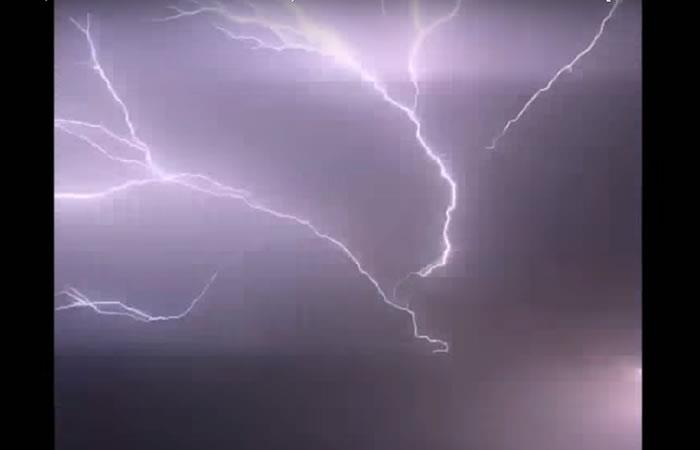 Video: Tenebrosos rayos iluminaron el cielo nocturnode Australia