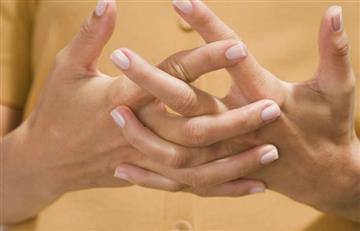 Twitter: Joven casi pierde la mano por tronarse los dedos