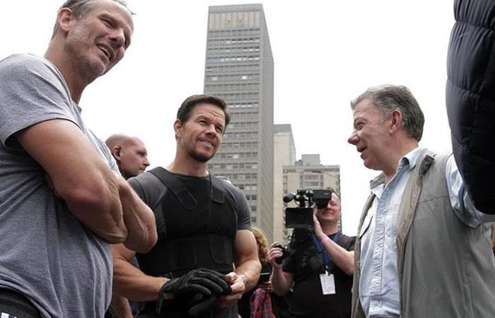 El director Peter Berg, junto al actor y el mandatario colombiano. Foto: AFP