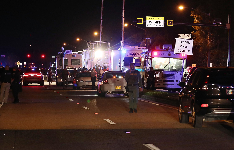 Personal policial trabaja la escena en Marjory Stoneman Douglas High School después de un tiroteo. Foto. AFP