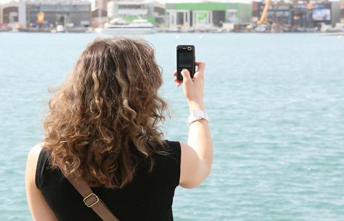 ¿Alzar la mano con el celular sirve para mejorar la señal?