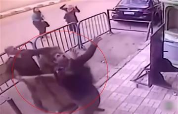 Video: El momento en el que un policía salva a un niño que caía de un tercer piso