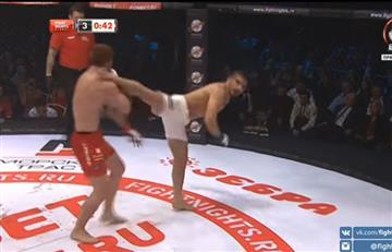 Luchador pateó tan duro a su rival que tuvo que socorrerlo de inmediato